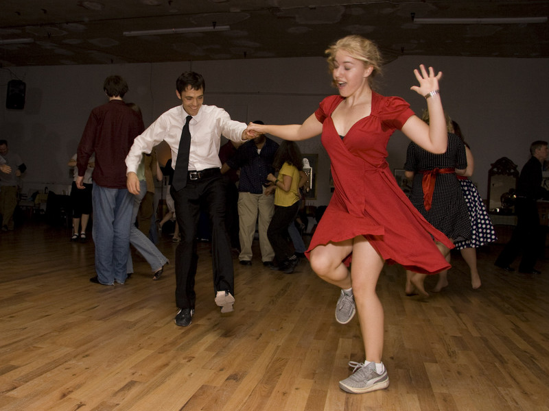 swing music sweep the dance floors in america Lindy hop history introduction : now the lindy hop and other swing dances and variations are part of a world wide trend to get back on the dance floor lindy hop refers to this particular dance done and swing was the music they would dance too.